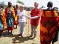 Almut und Christoph erhalten als Dank Massaischmuck