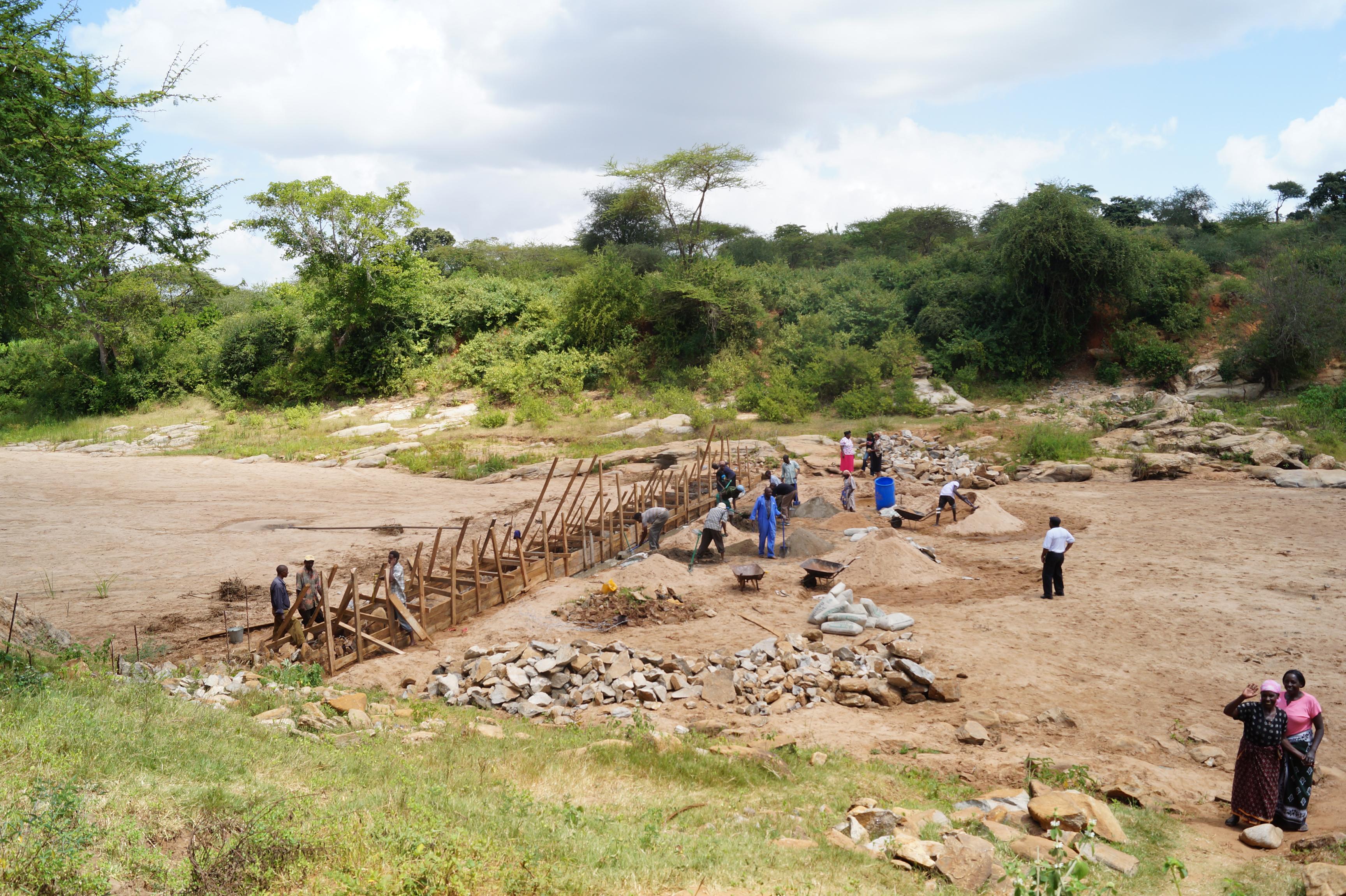 Bau eines Staudammes